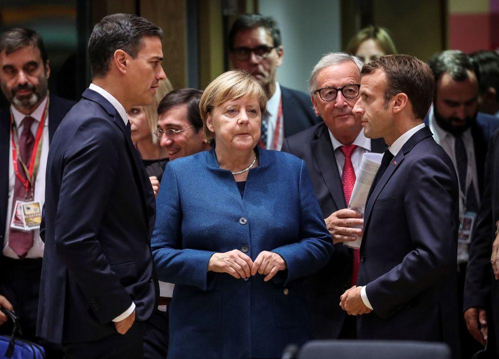 Foto: El presidente Pedro Sánchez conversa con la canciller alemana, Angela Merkel, y el presidente francés, Emmanuel Macron, en bruselas. (EFE)