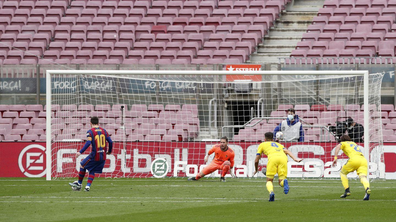Leo Messi transforma el 1-0 ante el Cádiz. (Reuters)