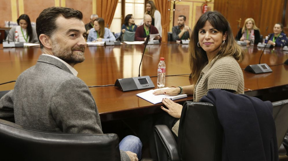 Foto: Los coordinadores generales y portavoces parlamentarios de IU Andalucía y Podemos Andalucía, Antonio Maíllo y Teresa Rodríguez, durante una reunión con miembros de la comunidad educativa. (EFE)
