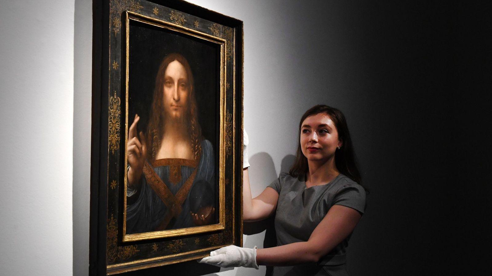 Foto: Una trabajadora de Christie's colocando el 'Salvator Mundi'. (EFE)