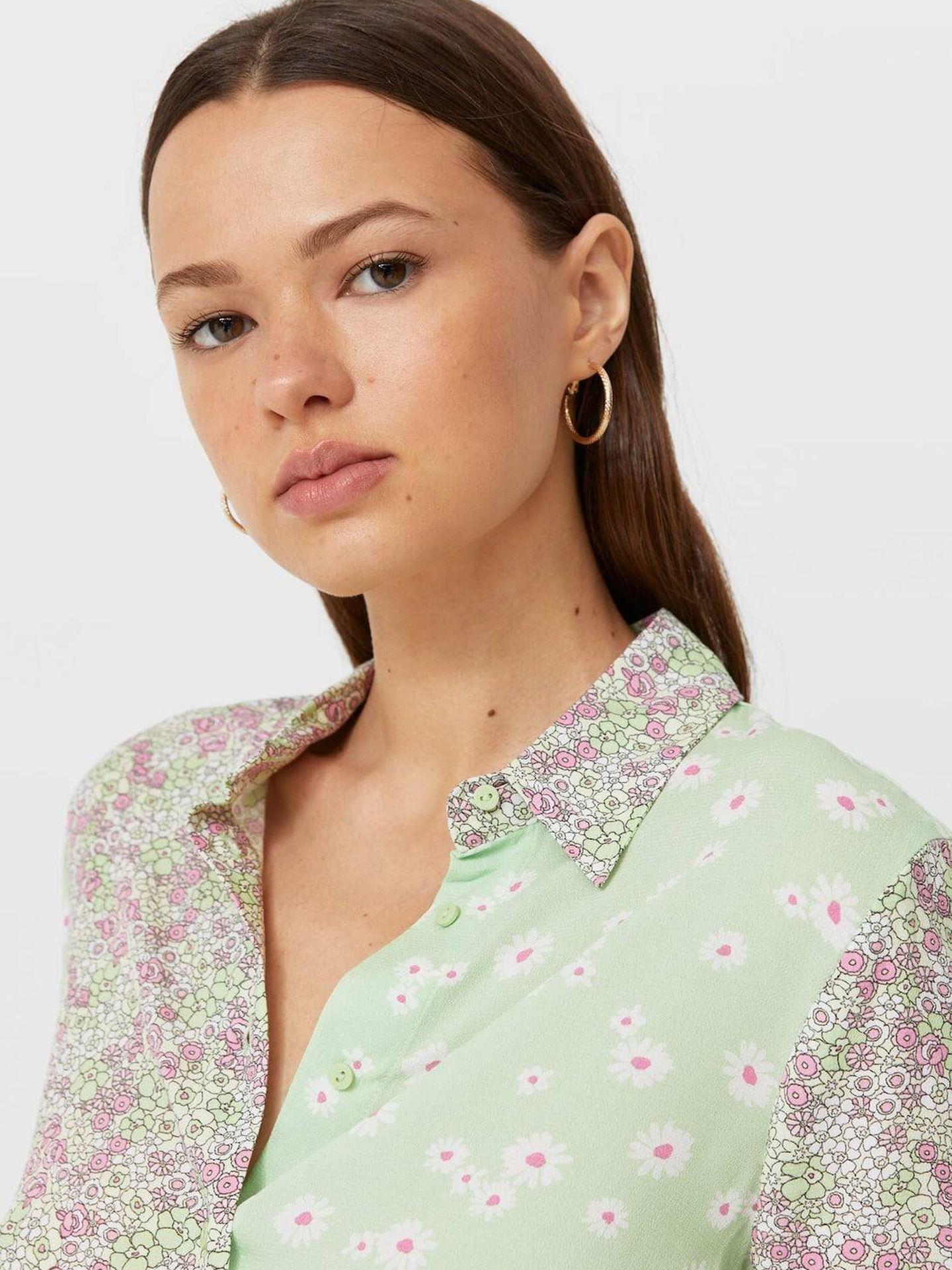 La camisa de flores de Stradivarius. (Cortesía)