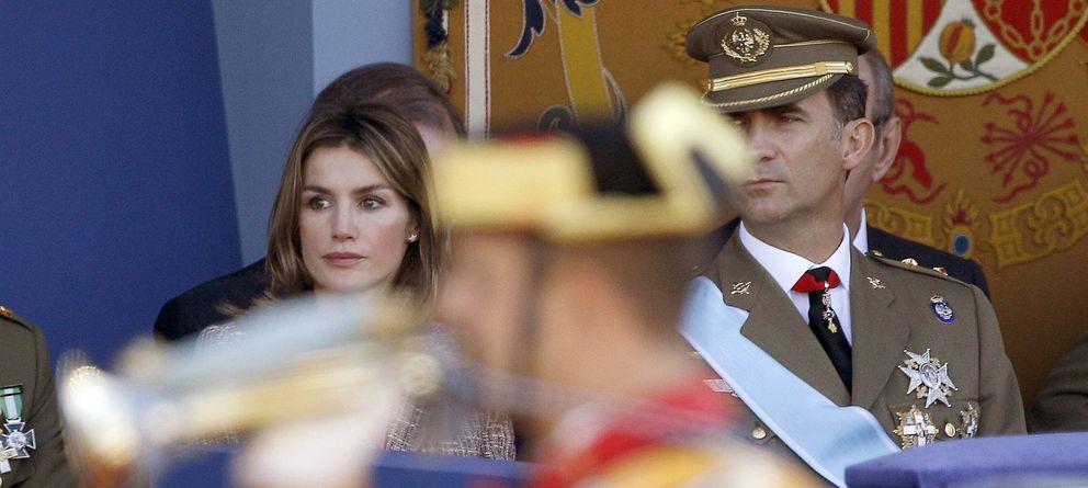 Foto: Los Príncipes de Asturias, durante el desfile militar de la Fiesta Nacional, presidido por los Reyes en 2011. (Efe)