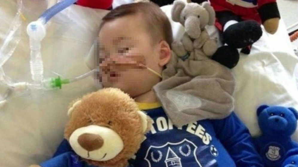 Foto: El pequeño Alfie Evans, de 23 meses, en la cama de un hospital de Liverpool.