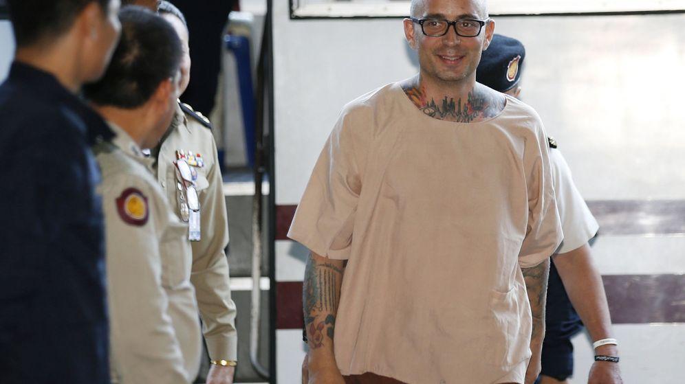 Foto: El español Artur Segarra (d) llega a una audiencia en el Tribunal Penal de Bangkok. (EFE)