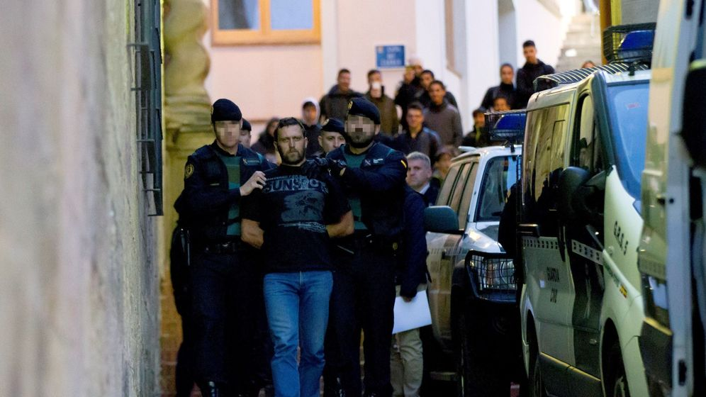 Foto: Agentes de la Guardia Civil trasladan al serbio Norbert Feher, acusado del asesinato de dos guardias civiles y un ganadero en Terue. (Efe)
