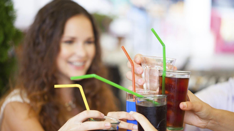 Foto: Los que estén brindando con refrescos 'light', quizás deban ahorrarse el '¡salud!'... (iStock)