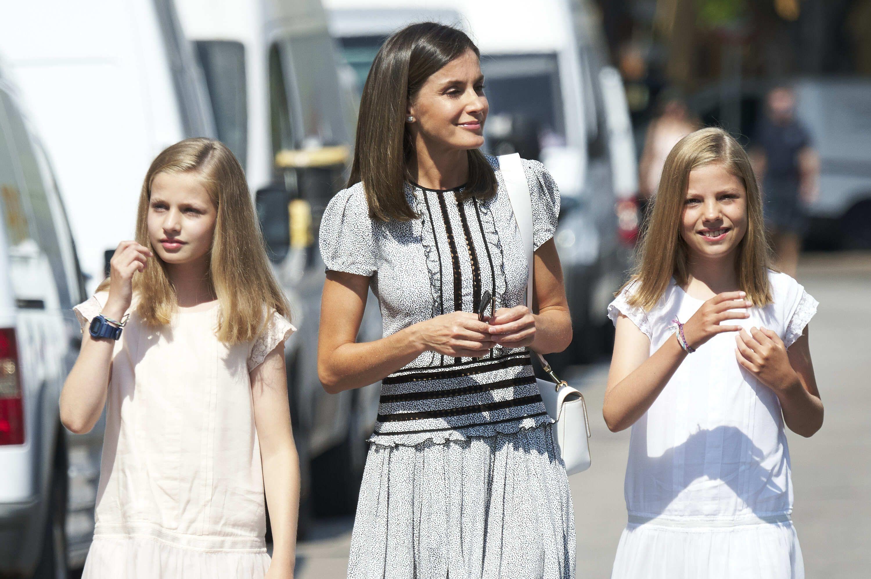 La Reina con sus dos hijas este verano.