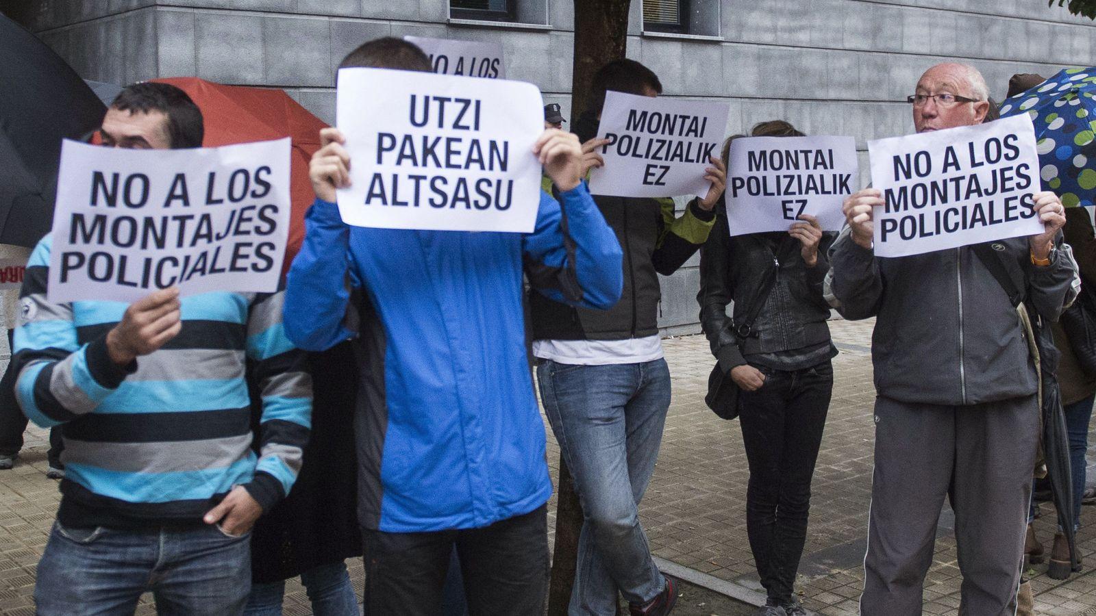 Foto: Un grupo de personas se concentra coincidiendo con la comparecencia de los dos jóvenes detenidos por la agresión del pasado sábado a dos agentes de la Guardia Civil. (EFE)