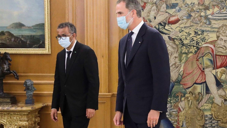 El rey Felipe VI (d) recibe en una audiencia real al al director general de la Organización Mundial de la Salud (OMS). (EFE)