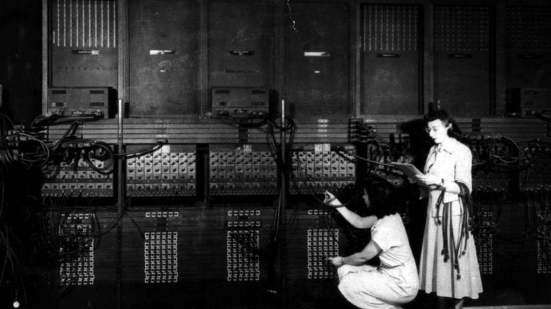 Dos mujeres reprogramando el ENIAC en 1946 (Wikimedia Commons)