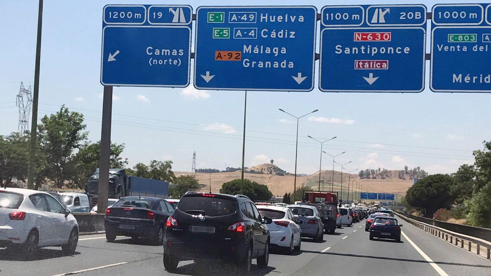 Foto: Imagen de archivo del tráfico a la salida de Sevilla. (EFE)