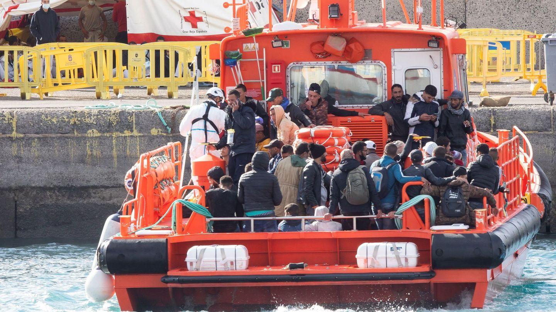 El grupo de Salvamar Menkalinan traslada a los ocupantes de dos pateras al puerto de Arguineguín. (EFE)