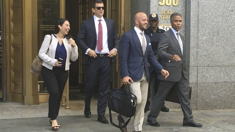 Foto: Dos antiguos managers de ventas de Insys salen de la corte neoyorquina el pasado verano. (Reuters/Nate Reymond)