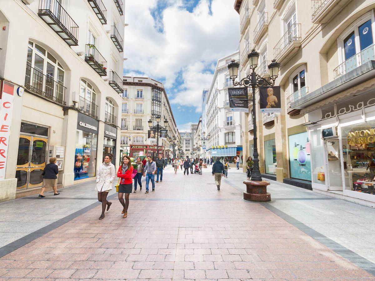 Foto: Varias personas caminan por la popular calle comercial en Zaragoza. (Istock)