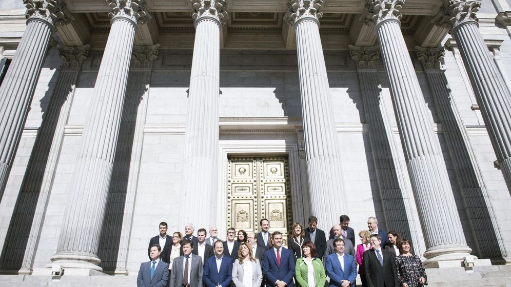 Foto: Foto de familia de Pedro Sánchez con sus barones en la escalinata del Congreso tras la presentación de la propuesta de reforma constitucional del PSOE, este 28 de octubre. (EFE)