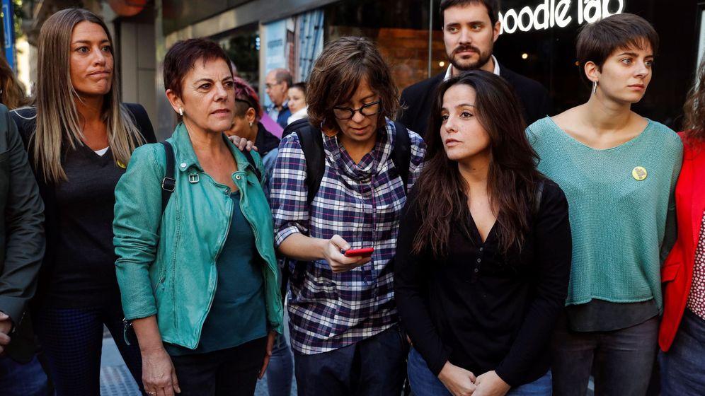 Foto:  La diputada de CUP en el parlamento catalán, María Sirvent (2d), junto a la vicepresidenta de PdeCAT, Míriam Nogueras (i) y a la diputada de ERC en el Congreso, Marta Rosique (d)