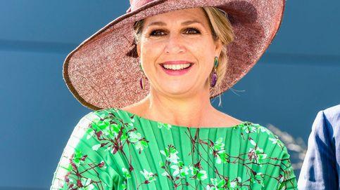 Máxima de Holanda se atreve con un vestido plisado en una combinación perfecta