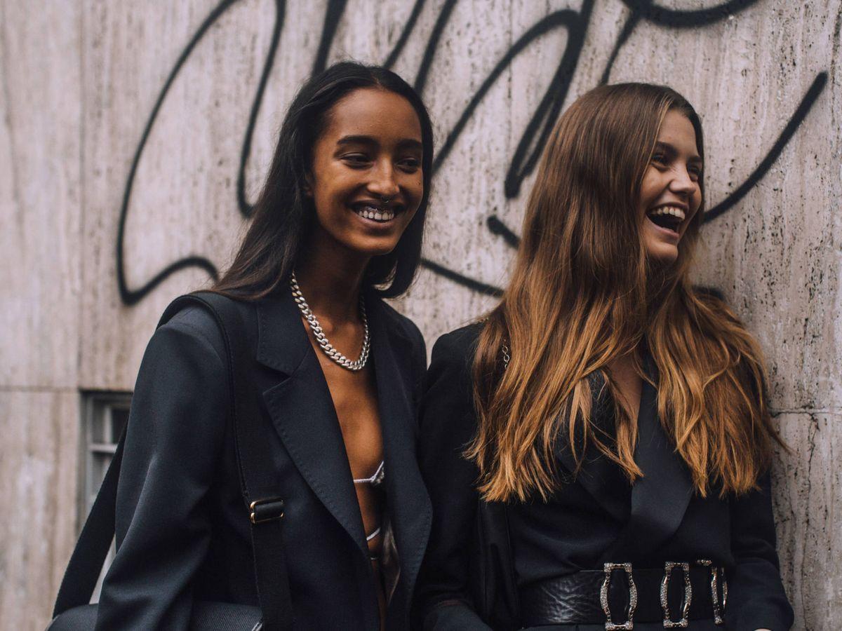 Foto: Dos modelos vestidas de color negro. (Imaxtree)