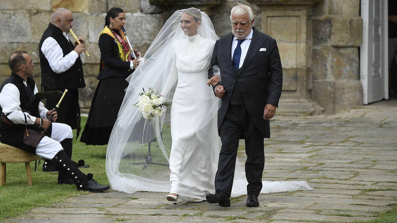 Lucía Bárcena junto a su padre, camino al altar. (Limited Pictures)