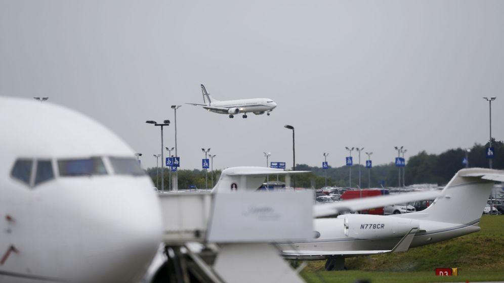 Foto: Un avión aterrizando en el aeropuerto de Luton, en junio de 2016 (Reuters)