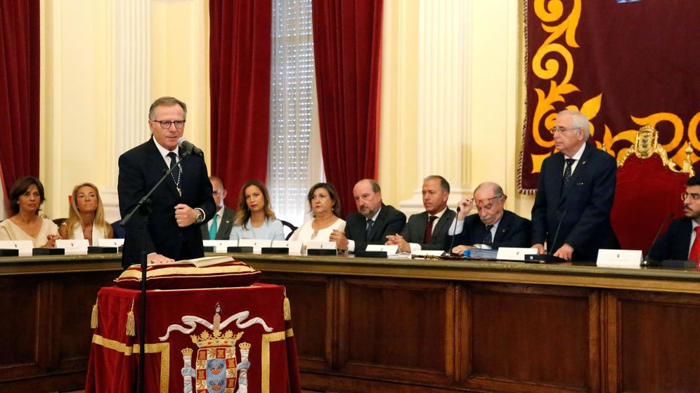 Foto: Eduardo de Castro jura como presidente de Melilla frente al saliente Juan José Imbroda. (EFE)