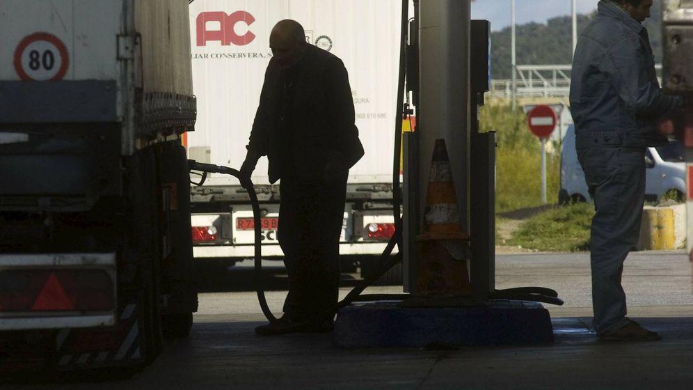 Foto: Dos personas repostando en una gasolinera de Girona. (Efe)