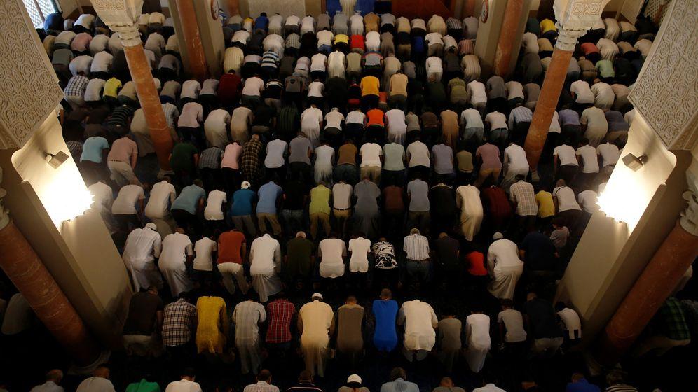 Foto: Oración en la mezquita de Málaga en memoria de los fallecidos en el atentado de las Ramblas. (Reuters)