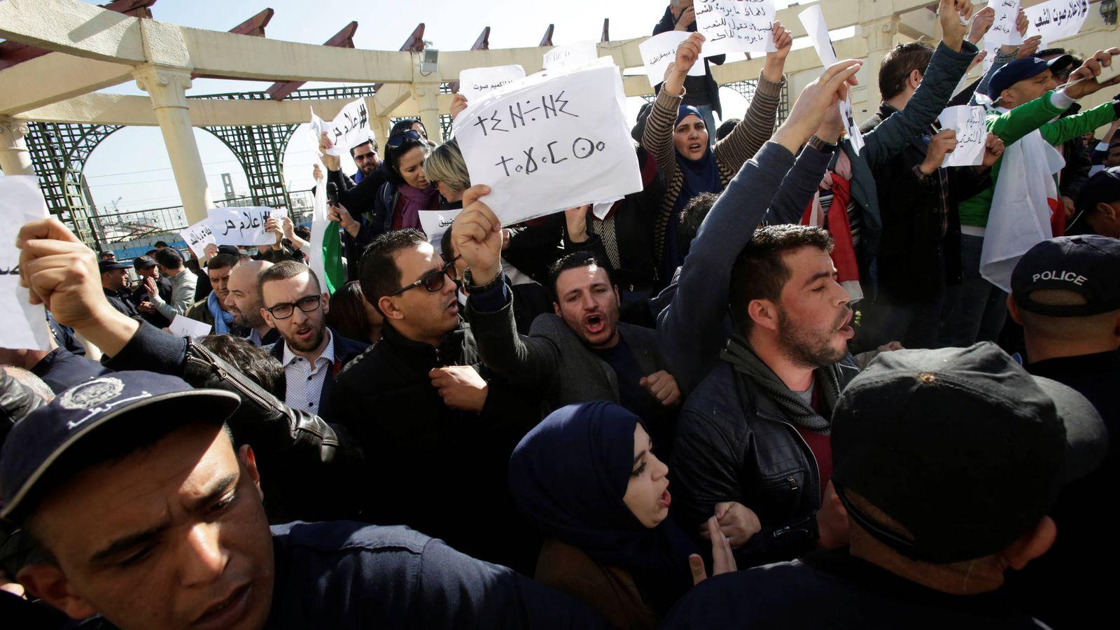 Foto: Periodistas protestan para poder cubrir las protestas que comenzaron hace una semana en Algeria. (Reuters)