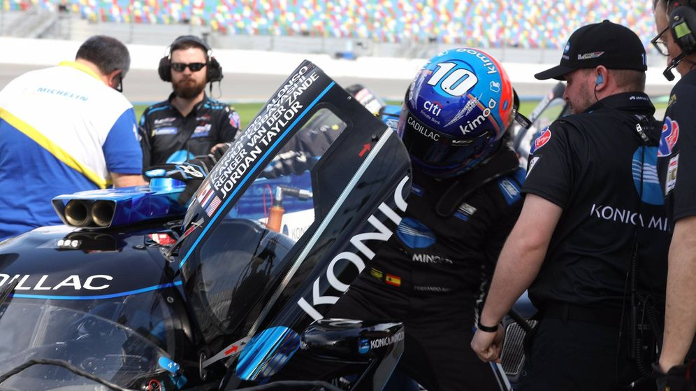Foto: Fernando Alonso subiéndose al Cadillac del Wayne Taylor Racing. (Foto: Daytona International Speedway)