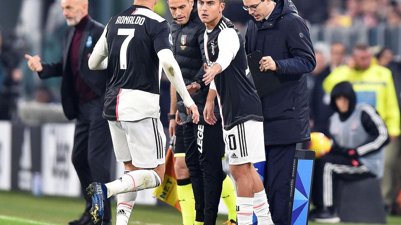 Dybala sale al campo por Cristiano Ronaldo en el partido contra el Milan. (Efe)