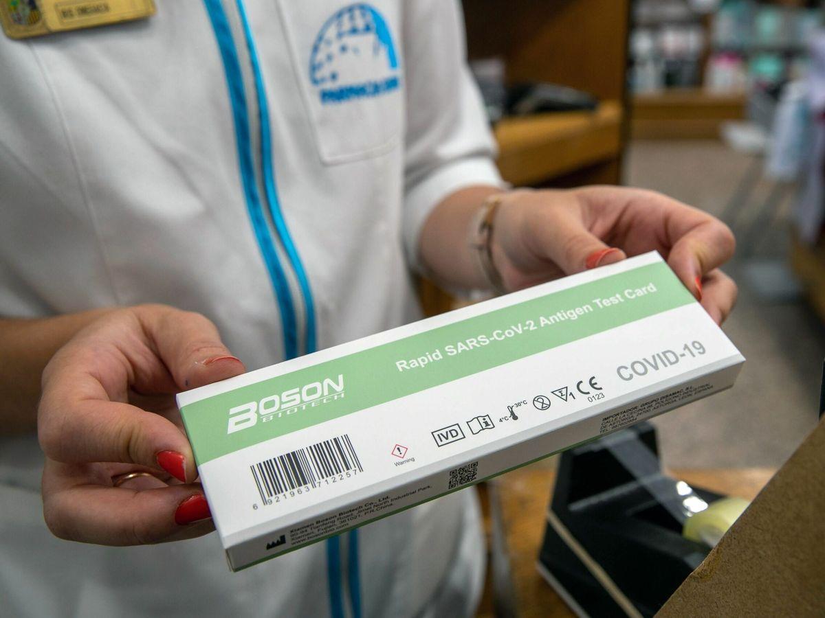 Foto: Las farmacias venderán desde mañana los test sin receta de pruebas de covid. (EFE)