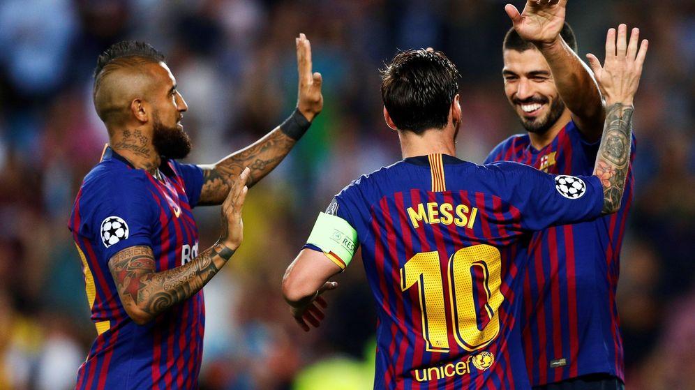 Foto: Lionel Messi (c), Luis Suárez (d) y Arturo Vidal (i) celebran un gol (EFE)