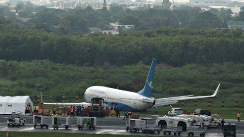 Una pasajera abre la puerta de emergencia del avión porque estaba demasiado cargada