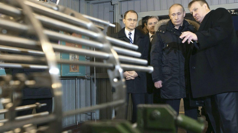 Foto: Vladimir Putin junto a Sergey Kirienko, dirigente de Rosatom entre 2005 y 2016, durante una visita a una factoría en Podolsk. (Reuters)