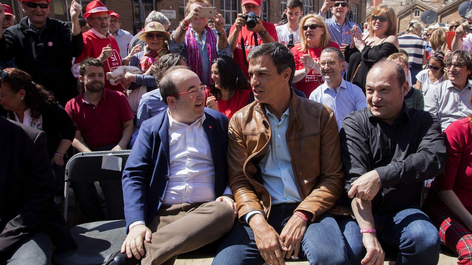 Foto: Pedro Sánchez (c) con Miquel Iceta (i) y Carles Ruiz (d), alcalde de Viladecans, el pasado 22 de abril en Barcelona. (EFE)