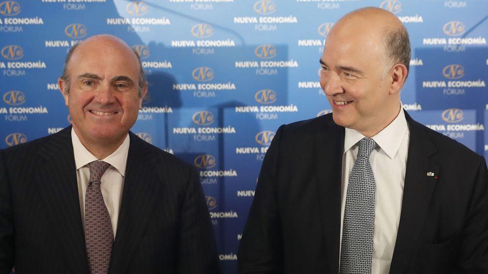 Foto: El comisario europeo de Asuntos Económicos y Financieros, Pierre Moscovici, junto al ministro de Economía, Luis de Guindos (Efe)