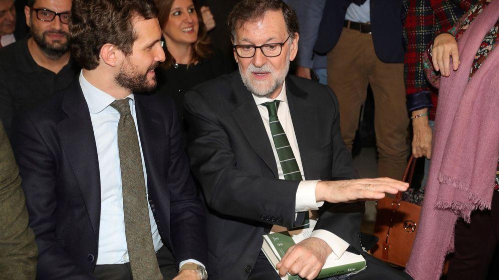 Foto: El líder del PP, Pablo Casado (i) junto al expresidente del Gobierno Mariano Rajoy (d), en la presentación del libro Ellas (EFE)