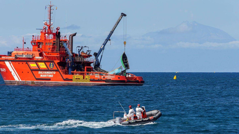 El buque de Salvamento Marítimo Guardamar Miguel de Cervantes recoge varias pateras vacías. (EFE)