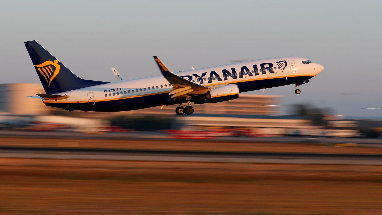 Foto: Un avión de Ryanair despeja del aeropuerto de Palma de Mallorca. (EFE)