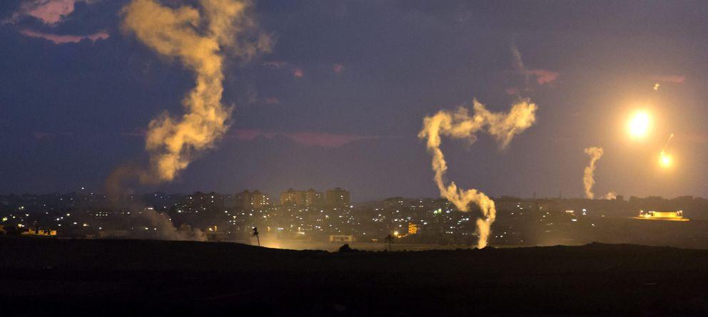 Foto: Vista general de columnas de humo creadas por bengalas en el sur de Israel y la Franja de Gaza. (EFE)