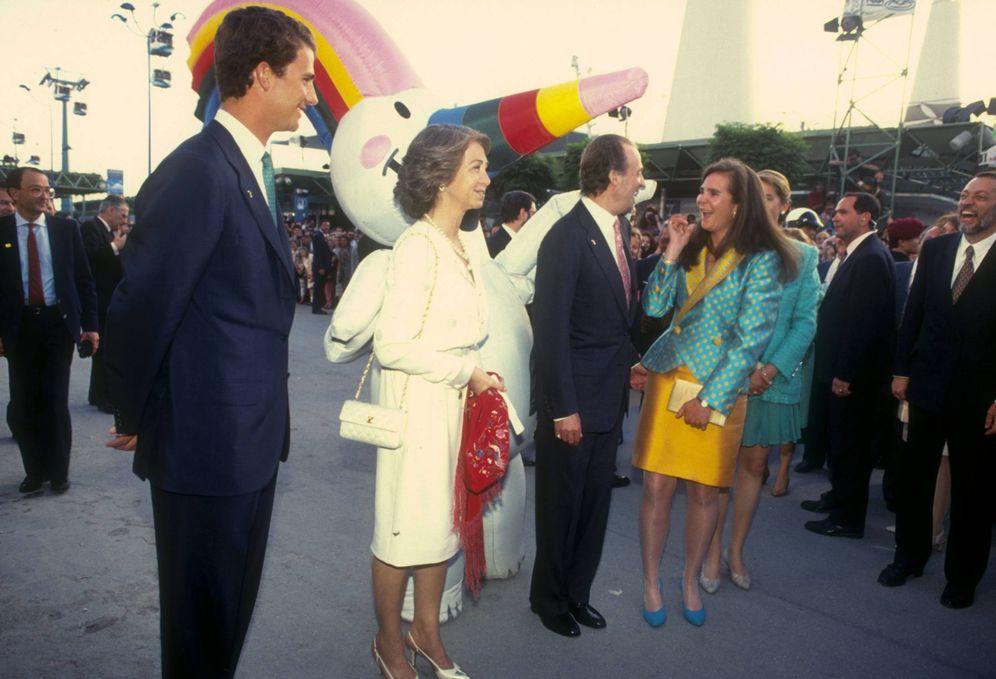 Foto: Los Reyes se divierten junto a sus hijos en la inauguración de la Expo '92. (Cordon Press)