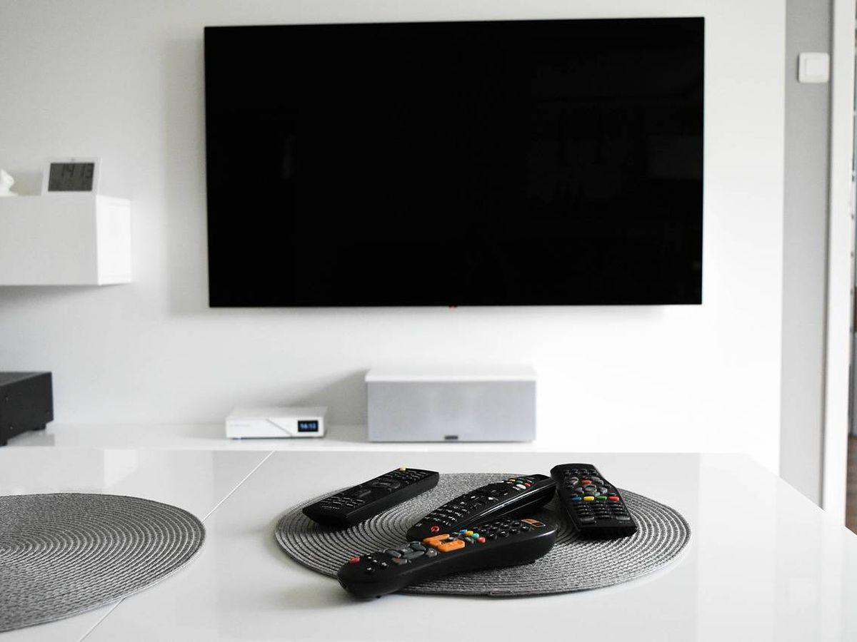 Foto: Colgar la TV de la pared es posible con un soporte (Foto: Pixabay)