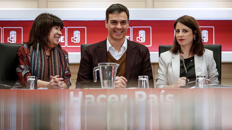 El secretario general del PSOE, Pedro Sánchez (c), acompañado por la presidenta del partido, Cristina Narbona (i), y la vicepresidenta, Adriana Lastra (d). (EFE)