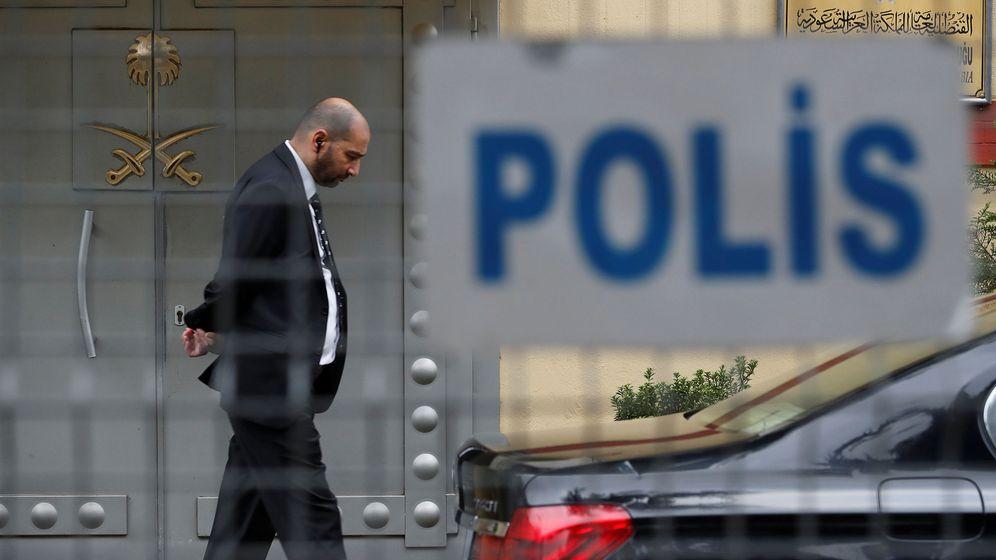Foto: Un miembro del equipo de seguridad del consulado saudí en Estambul, tras la valla policial. (Reuters)
