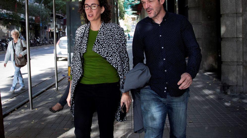 Foto: La secretaria general de ERC, Marta Rovira (i), a su llegada a la reunión de la Ejecutiva de ERC. (EFE)