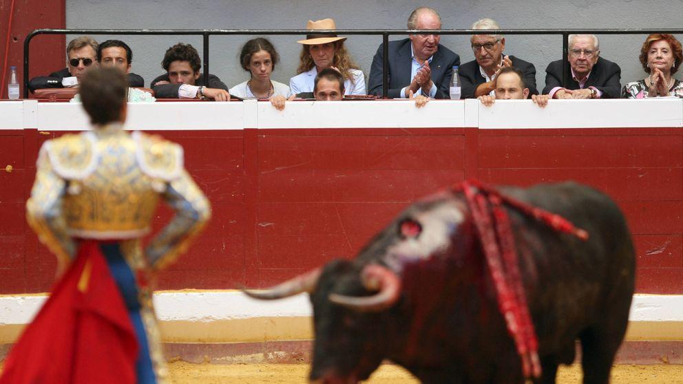 Don Juan Carlos, la infanta Elena, Froilán y Victoria Federica disfrutan de una tarde toros en San Sebastián