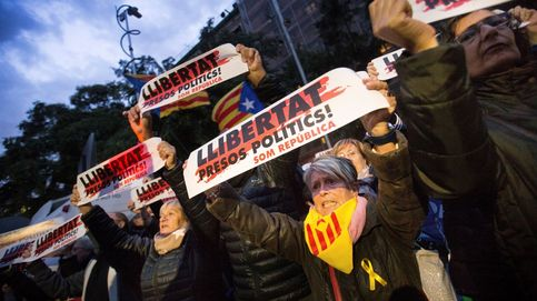 Tensión entre los acampados en Plaza Cataluña y una mujer que retiraba lazos amarillos