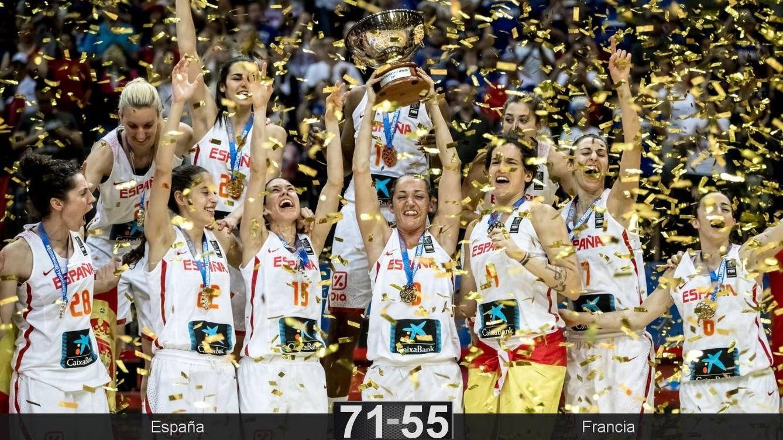 Foto: Laia Palau levanta el trofeo que acredita a España como campeona de Europa. (EFE)