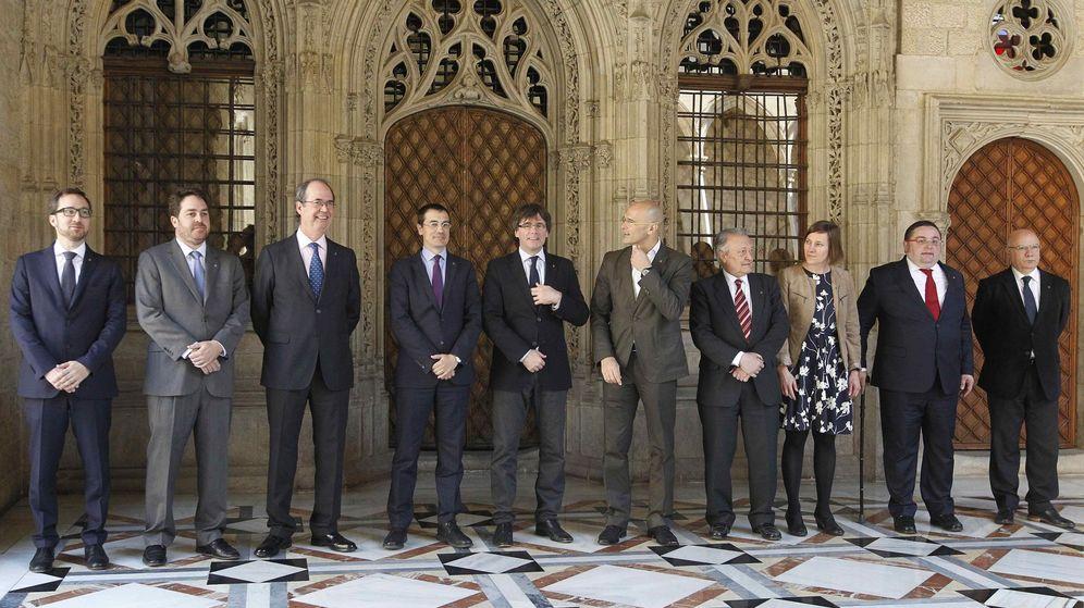 Foto: El presidente de la Generalitat, Carles Puigdemont, con los delegados catalanes en el extranjero. (EFE)