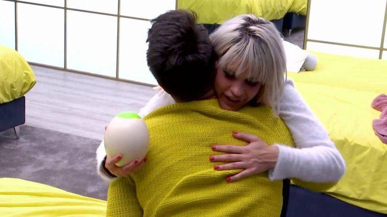 Abrazo entre Fede e Ylenia. (GH Dúo)